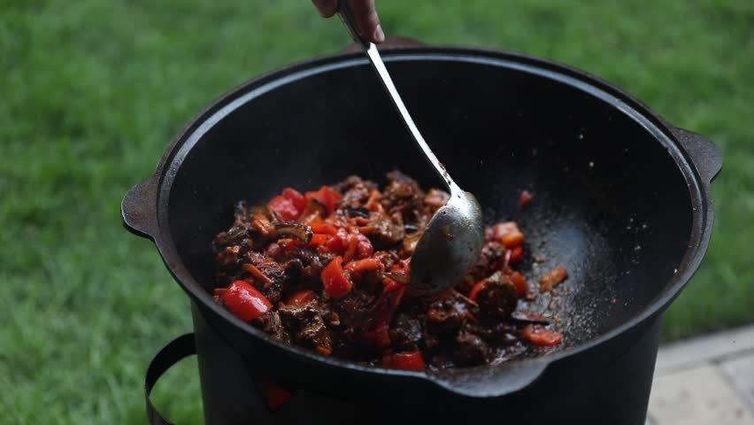 66 17104048083842732896 - Мясо с лапшой и овощами, приготовленное в казане на костре