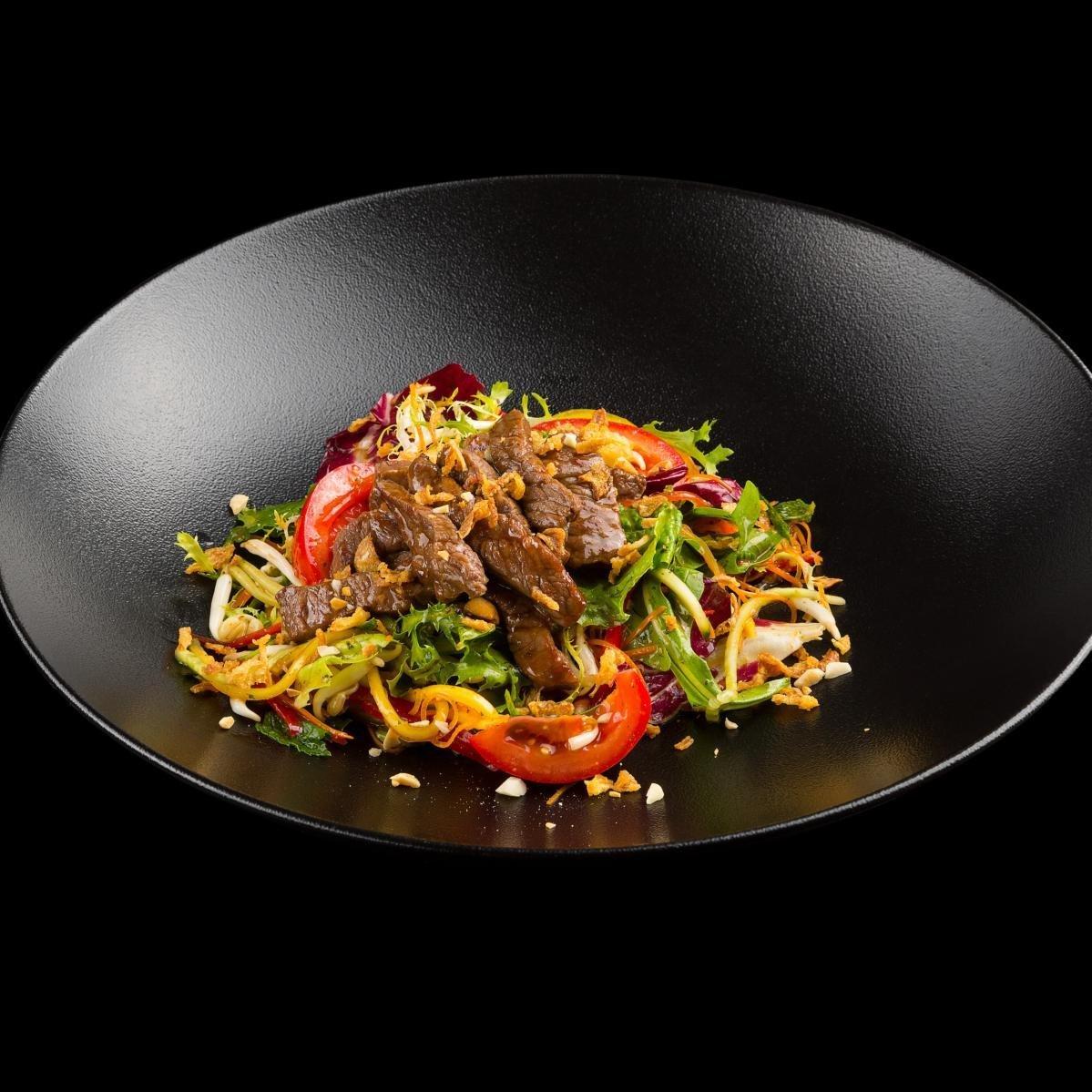 Мясо с лапшой и овощами, приготовленное в казане на костре