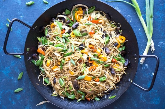 vegan veggie chinese lo mein noodles by the kitchen girl 07318884595229403179 - Мясо с лапшой и овощами, приготовленное в казане на костре